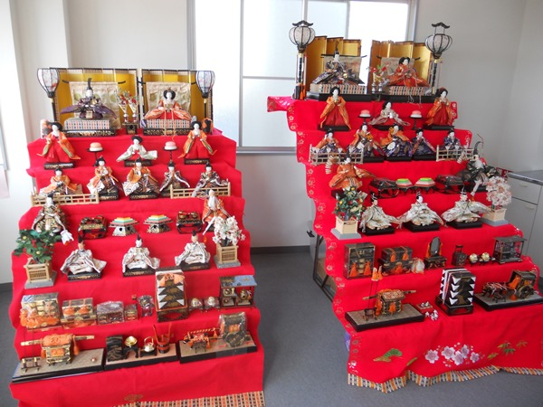 Hina dolls at the station